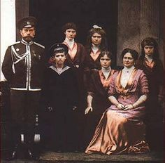 Russia's last tsar Nicholas II (L) and his wife Tsarina Alexander Fyodorovna and children Prince Alexei and Grand Duchesses Olga, Tatyana, Maria and Anastasia. Anastasia, House Of Romanov, Tsar Nicholas, Imperial Russia, Rare Pictures, Vintage Pictures, Russian Revolution, Color Of Life, World History