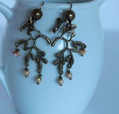 boucles d'oreilles, dormeuses, perles de verre beige ivoire, branche de feuilles laiton, délicat, léger, cadeau