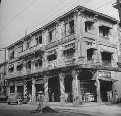 An old house on Carriedo Street, Manila 1942 - philippines holiday Philippines Culture, Manila Philippines, Philippine Architecture, Treaty Of Paris, President Of The Philippines, Philippine Holidays, The Spanish American War, Old Building, Old Houses