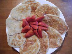 Proteinpannekaker med lønnesirup og jordbær.