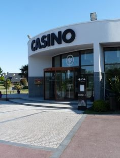 Pour se divertir, pourquoi ne pas jouer aux nombreuses machines à sous et différents jeux de table dont dipose le casino JOA de Port Crouesty, situé sur la commune d'Arzon.