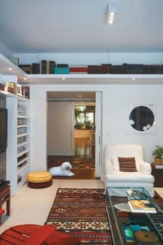 Suspended shelves with recessed lighting. Suspended Shelves, Shelves In Bedroom, Home Organization, Space Saving, Bookshelves, Home Office, Sweet Home, Living Room, Interior Design
