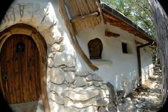 Cob House ideas - a traditional, sustainable and environmentally friendly . - Cob House ideas – a traditional, sustainable and environmentally friendly home – the architectu - Cob Building, Building A House, Green Building, Earth Bag Homes, Earthship Home, House Ideas, Tadelakt, Natural Homes, Natural Building