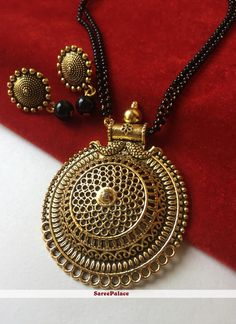 Stone work mangalsutra in gold creating a stylish look. Jewelry Design Earrings, Gold Earrings Designs, Gold Jewellery Design, Bead Jewellery, Temple Jewellery, Necklace Designs, Diamond Jewelry, Gold Jewelry, Gold Pendent