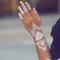 AD-White-Henna-Tattoo-Temporary-Women-Instagram-Trend-23