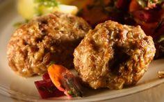 Oksekødsfrikadeller med hvid/rød salat Skønne frikadeller af oksekød med to slags salater er både sundt og lækkert. De er også gode i madpakken!
