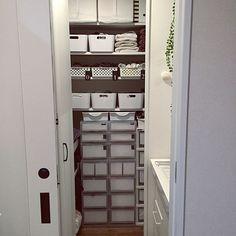 インナー収納はどうしている?みんなのテクニックを拝見 | RoomClip mag | 暮らしとインテリアのwebマガジン Ladder Decor, Towel, Nitori, Closet, Home Decor, Armoire, Decoration Home, Room Decor, Closets