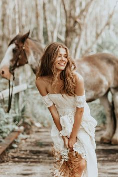 Every bride wants to look her best on her wedding day! Check out this collection of dreamiest boho wedding dresses you will love! Romantic Bohemian Wedding Dresses, Casual Wedding, Wedding Gowns, Moda Boho, Photography Poses, Wedding Photography, Looks Country, Dream Wedding, Wedding Day