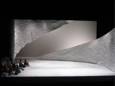 Shizuka Hariu has been working for scenography for contemporary dance and architecture. She works mainly as a set designer, sometimes for lighting and costume designer based in London and Brussels.