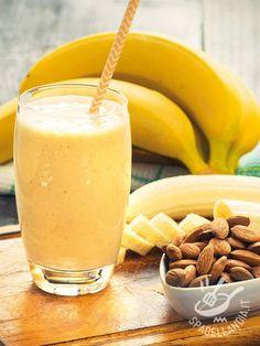 Smoothie of yogurt with banana - Il Frullato di yogurt con banane che vi proponiamo è arricchito con ingredienti aromatici e gustosissimi: provatelo, è una delizia! #frullatodibanane