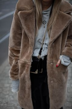 black-palms-streetstyle-streetfashion-edited-fake-fur-coat-sneaker-14