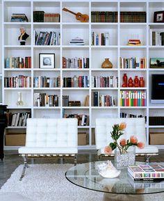 aménager une bibliothèque avec des livres et objects déco