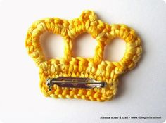 Crochet brooch/pin/applique crown. Very cute and simple...the instructions are in Italian but once translated, an experienced pattern reader (or one who can read charts) can figure out the pattern.