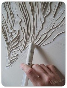 Baixo-relevo em massa acrílica aplicada com seringa