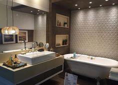 Banheiro incrível com revestimento Sides da @ceramicaportinari, projeto de @vivianedaherarquiteta! Você encontra este lindo…