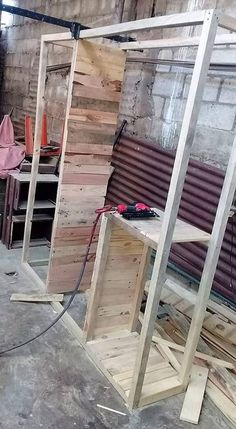 This is the first image of this so outstanding designed closet structure to add up in your house right now. This structure crafting has been on the whole done with the functional durable use of the wood pallet premium material into it that is giving it a classy look. It is looking so interesting!