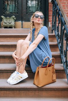 32 Ideas for sneakers outfit women street chic summer White And Gold Sneakers, Cool Outfits, Summer Outfits, Sneaker Outfits Women, Barefoot Blonde, Gold Adidas, Athleisure Outfits, Street Chic, Street Style