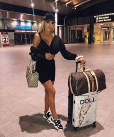 These Airport Outfit Ideas Will Have You Looking Like A Celeb In No Time « instyles. Airport Travel Outfits, Travel Outfit Summer, Vacation Outfits, Airport Style, Travel Ootd, Cute Airport Outfit, Airport Attire, Air Travel, Lazy Day Outfits