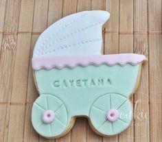 Galleta decorada de carrito de bebé para bautizo de niña!! Galletas originales y personalizadas para bebés decoradas en fontant y con un packaging bonito!!