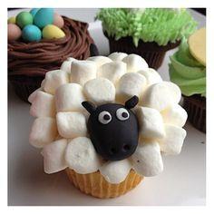 Rapprochez-vous de la nature avec le cupcake mouton. http://cupcakeavenue.fr/54-cupcake-original