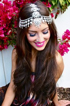 Love this maang tikka headpiece! Bridal jewllery and makeup.