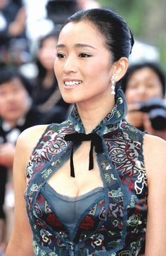 Gong li proving that wearing a traditional dress like cheongsam can be equally sexy #irooindonesia #chinese #newyear  #fashion #style #stylish #love