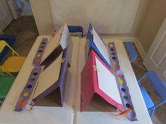 super idée pour la peinture : des chevalets en carton avec une pince à linge sur velcro + peinture dans boite à pommes (ou boites d'œufs ?)