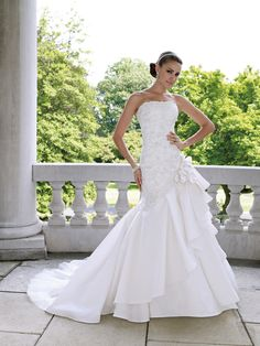 Gorgeous, I dream of wearing a David Tutera dress and even a wedding planned by him!