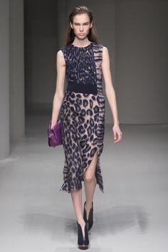 Комбинация трёх тканей, идея увеличения платья Salvatore Ferragamo Fall 2017 Ready-to-Wear collection.