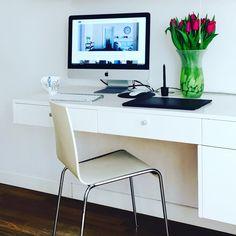 Białe meble. Biuro ukryte w salonie. #furniuture #white #livingroom #desk #macintosch #flowers #interiordesigner #interior #design #cubeo_meble #jacektryc-wnętrza #projektowanie #wnętrza #architekt