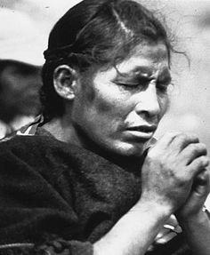 www.villsethnoatlas.wordpress.com (Ajmarowie, Aymara) An Aymara woman praying in Bolivia.