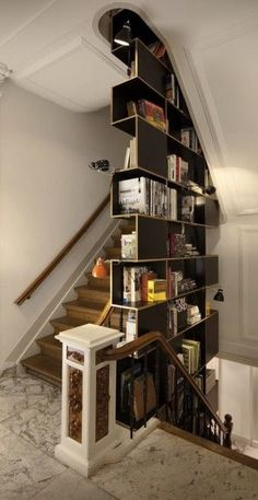 Trapwand/boekenkast. Interieurfoto's van een Amsterdams architectenbureau met o.a. deze boekenkast/trapleuning.