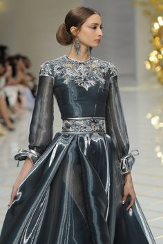 Style Haute Couture, Spring Couture, Couture Fashion, Runway Fashion, High Fashion, Fashion Blogs, Beautiful Gowns, Beautiful Outfits, Mode Style