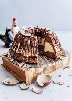 Kinderkakusta on jo monilla tullut pääsiäisperinne. Minun versiossani kakku valmistuu rengasvuoassa ja kakun väliin hyydytetään suussasulava valkosuklaamousse. Huh, melkoinen herkkuhan tästä tuli ja olikin parasta pakastaa se heti kuvauksen jälkeen, etten söisi sitä kokonaan itse.... Sweet Recipes, Cake Recipes, Sweet Pastries, Little Cakes, Coffee Cake, Yummy Cakes, No Bake Cake, Love Food, Cake Decorating