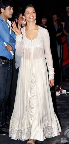 Deepika in Anamika Khanna for Chennai Express trailer launch Bollywood Outfits, Bollywood Fashion, Indian Attire, Indian Wear, Indian Dresses, Indian Outfits, White Anarkali, Anarkali Lehenga, Indian Celebrities