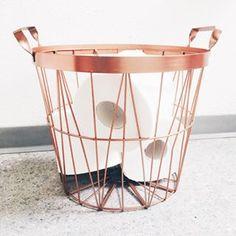 E eis que você olha para um CESTO DE PAPEL HIGIÊNICO e sente uma satisfação inenarrável.   14 imagens de lares minimalistas que vão te dar paz de espírito