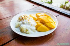 Mango and sticky rice! Dit Thaise zoete gerechtje (khao niaow ma muang) spotte ik tijdens mijn reis door Thailand bij verschillende streetfood tentjes.Mango met kleefrijst wordt in Thaise restaurants vaak als dessertgeserveerd, maar believe me: dit toetje is op ieder moment van de dag lekker!Enjoy! Mashed Potatoes, Mango, Food And Drink, Ice Cream, Ethnic Recipes, Desserts, Whipped Potatoes, Manga, No Churn Ice Cream