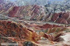 Qual a resolução de cores do seu monitor? É possível que você use boa parte delas para visualizar estas paisagens inacreditáveis. A região, conhecida como Danxia Zhangye, parece saída de um psicodélico conto de fadas ou de uma pintura surrealista, mas é de verdade e se localiza no norte da China.