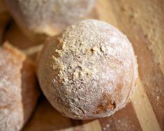 Liuota hiiva kädenlämpöiseen veteen. Lisää siirappi ja noin 6 dl Myllärin Luomu Sämpyläjauhoja. Sekoita hyvin ja anna taikinajuuren tekeytyä peitettynä lämpimässä paikassa noin 20 minuuttia. Lisää suola, öljy ja loput jauhot taikinaa vaivaten. Kohota taikinaa peitettynä lämpimässä noin 15 minuuttia. … Continued Hamburger, Salt, Cooking Recipes, Bread, Food, Anna, Eten, Hamburgers