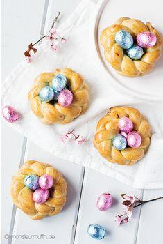 Heute gibt es eine Last-Minute-Osterkörbchen-Idee für euch. Diese hübschen Kränze sind aus Hefeteig und eignen sich wunderbar als kleine Mitbringsel.