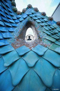 Gaudi Casa Batilo mosaic tile roof in Barcelona. Amazing Architecture, Sustainable Architecture, Art And Architecture, Architecture Details, Ancient Architecture, Art Nouveau, Casa Gaudi, Antonio Gaudi, Barcelona Travel