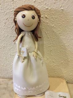 Muñeca fofucha con vestido de comunión clásico con vuelo y cuerpo de tela bordada.