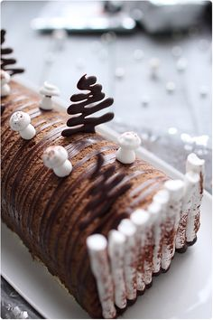 Les festivités sont passées mais je n'avais pas envie d'attendre un an pour vous présenter ma bûche de Noël. Il me fallait réaliser cette année une recette Xmas Desserts, Dessert Recipes, Christmas Food Treats, Delicious Deserts, Yule Log, Specialty Cakes, Diy Cake, Recipes From Heaven, Fancy Cakes