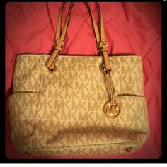 Iso: MK Bag Looking for a Mk Jet Set Bag like the ones in the first 2 pics will swap anything in my closet for the purse!!! Michael Kors Bags