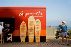 Menu sur des surfs du restaurant de plage