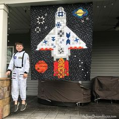 de Jong Dream House: Quilt One Giant Stitch for D Boy Quilts, Scrappy Quilts, Mini Quilts, Patchwork Quilting, Giant Stitch, Airplane Quilt, Star Wars Quilt, Colorful Quilts, Space Theme