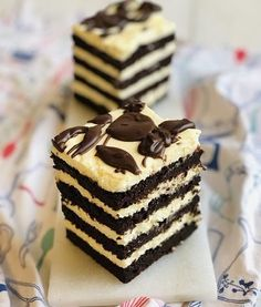 Prăjitură Brownie lasagna, foi fine ciocolatoase și cremă fină de mascarpone – Chef Nicolaie Tomescu Healthy Desserts, Easy Desserts, Delicious Desserts, Tasty Chocolate Cake, Chocolate Recipes, Caramel Buttercream Frosting, Romanian Desserts, Dessert Cake Recipes, Cake Fillings