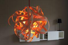 Design Pendelleuchte Modell: [Birdsnest] Die Lampe ist aus echtem Buchenholz handgefertigt. Die Birdsnest wird mit einem Textilkabel in Wunschfarbe, einer Porzellanfassung und einem Deckenbaldachin geliefert. Mit viel Liebe zum Detail handgefertigte Echtholz-Lampe.