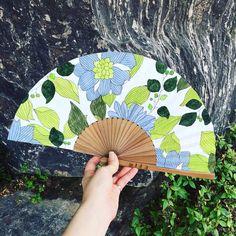 오늘도 역시나 후덥지근한 날씨ㅠ 시원한 부채와 함께! 하나하나 수작업으로 그리는 부채 하나씩만 제작(희소성) 싱그러운 컬러의 그린과 블루를 함께 사용해 시원하면서도 산뜻함 표현 size Art Games For Kids, Hand Fan, Game Art, Hand Painted, Traditional Japanese, Fans, Crafts, Photography, Tela