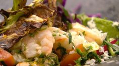 Frisk fettuccine med panerede rejer og salat   Mad